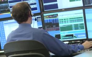 Trader framför trading-skärm